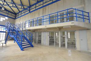 El Cefereso tiene más de diez edificios, en cuyo interior están las celdas individuales en dos niveles.