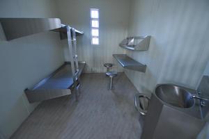 Las celdas están diseñadas para dar un trato individualizado a cada interno, y cuentan con camas, un pequeño escritorio, lavamanos y retrete.