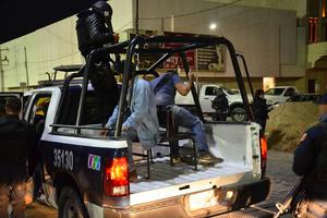 Fueron detenidos los encargados de las obras y se retiró la maquinaria que sin señalización alguna, realizaba trabajos en la calle Galeana a la altura de la avenida Matamoros.