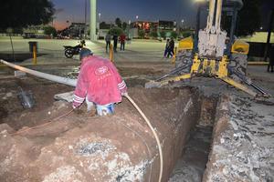 Por los tubos rotos, se formó un gran lodazal en el lugar.
