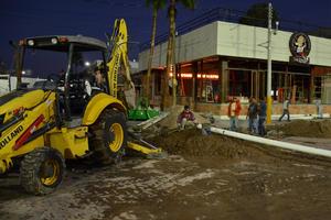 Rompieron casi media cuadra de pavimento y dañan redes de agua potable y drenaje para interconectarse en forma clandestina.