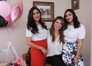 Acompañada de su mamá, Verónica Martínez de Chincoya, y su hermana, Fernanda Chincoya Martínez
