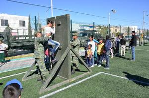 Los elementos del Ejército Mexicano llevaron estructuras de rappel y de obstáculos especiales para que los niños las escalaran con su ayuda.