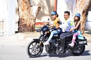 Cientos de niños y niñas disfrutaron al pasearse en las motos de los policías viales.
