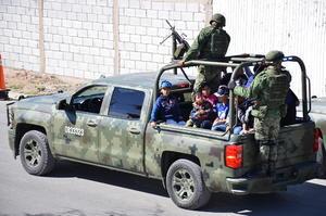Los pequeños pudieron subir a los camiones del Ejército Mexicano que en convoy, desfilaron por todo el sector con los menores a bordo.