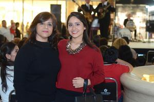 GALERIAS LAGUNA, TRIBUTO A THE BEATLES  En la foto: Gaby y Ana Gabriela