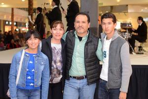 GALERIAS LAGUNA, TRIBUTO A THE BEATLES  En la foto: Daniela, Coco, Benito y Luis