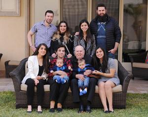 Erick Sotomayor Ruiz  CUMPLEAÑOS DE DON ENRIQUE MENENDEZ Y 60 ANIVERSARIO DE CASADOS CON SU ESPOSA CAROLINA DE MENENDEZ. Con sus nietos