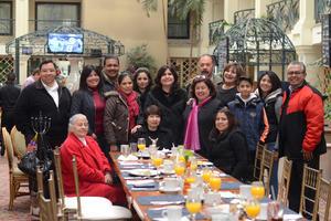 CUMPLEAÑOS DE VERONICA ALANIS UBILLO , 50 AÑOS  En la foto: Con sus familiares y amigas del trabajo.
