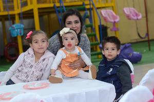 27012016 EN UN CUMPLE.  Renata, Roberta, Paola y Matías.