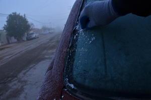 """Vehículos lucieron """"congelados"""" por las bajas temperaturas."""