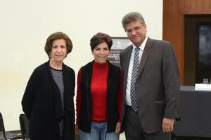 29012016 Josie y Mavisa con Javier Guerrero, el autor.