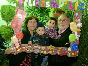 31012016 Muy feliz se mostró el cumpleañero junto a sus adorables nietos y su esposa.
