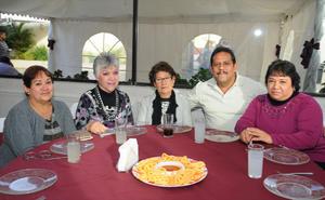 30012016 EN UNA FIESTA.  Martha Santa, Estela, María de Jesús, Raymundo y Mónica.