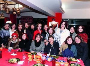 31012016 INOLVIDABLE DíA.  Lupita Morales con sus amistades en su fiesta de cumpleaños.