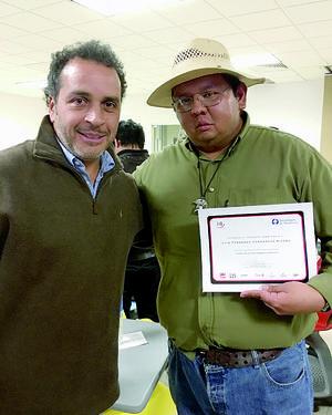 31012016 El Mtro. Luis Fernando Hernández Rivera junto al director de cine y series de televisión, Gustavo Loza.