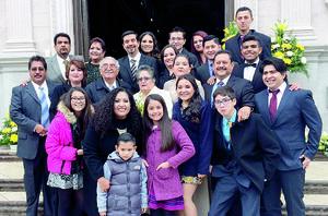 23012016 EN FAMILIA.  Don David García Delgadillo y doña Martha Aurora Aguirre González en compañía de sus hijos, yernos, nueras y nietos.
