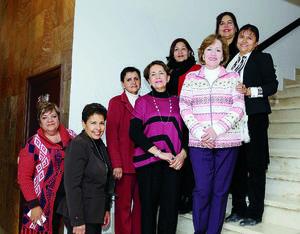 01022016 SE JUBILA.  Silvia Alonso Nápoles con Marce, Alicia, Marilú, Lupita, Luz Elena y María Elena, en el festejo por su jubilación.