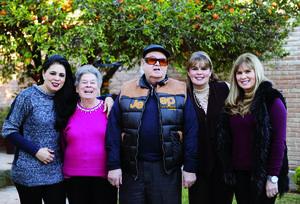 02022016 CUMPLE EN FAMILIA.  Jesús Mendoza Ornelas acompañado de su esposa, Elsa Rosa González de Mendoza, y sus hijas, en su festejo por sus 83 años.