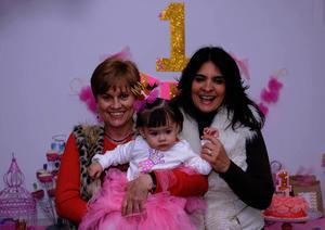 Acompañada de sus abuelitas, Bego y Lupita