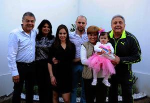 Isabella con sus papás, Sandra y Gerardo, y sus abuelitos, Salvador, Lupita, Gerardo y Bego