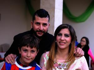 Con sus papás, Alex y Marcela