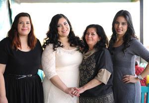 05022016 SE CASA EN BREVE.  Anahí Salazar García en compañía de las organizadoras del prenupcial, Guadalupe Salazar, Aleida Salazar y Brenda Velázquez.