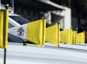 Los vehículos cuentan con la bandera del Vaticano.