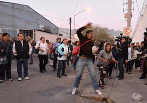 La situación se complicó ante la falta de información, por lo que los familiares comenzaron a protestar lanzando piedras.