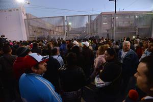 Cientos de familiares de internos acudieron a las afueras del penal en busca de información.