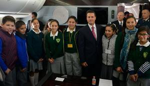 El mandatario estuvo acompañado por 10 alumnos destacados de primaria y secundaria.