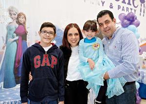 07022016 En este día tan especial, estuvo acompañada de su primo, José A. López; su tía, María Elena López, y su papá, Alfonso López.