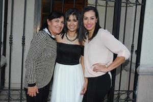 07022016 POR CASARSE.  Erika Salazar Aguilera acompañada de su mamá, Yolanda Aguilera de Salazar, y su hermana, Rocío Salazar Aguilera, en su despedida de soltera.