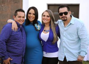 07022016 BABY SHOWER.  Jessica Marie García con su esposo, Ángel Nieto García, y los anfitriones de su fiesta de canastilla, Silvia Rendón y José Rosas.
