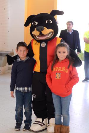 07022016 EN EVENTO ESCOLAR.  Carlos Alfonso y Carlota Federica con la mascota El Rottweiller.