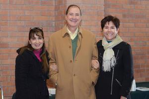 10022016 Laura, Padre Luis Valdez y Adriana.