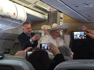 Agradeció al organizador de los viajes papales, Alberto Gasbarri, sus 47 años de servicio en el Vaticano y sus 37 en su puesto actual.