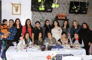 12022016 PRENUPCIAL.  Anahí Salazar García con las asistentes a su recepción.