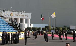 En el Hangar Presidencial, ya se espera el arribo de Francisco a México.
