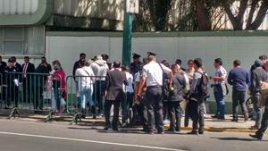 Fieles hacen fila para ingresar al Hangar Presidencial, a donde llegará el Papa.