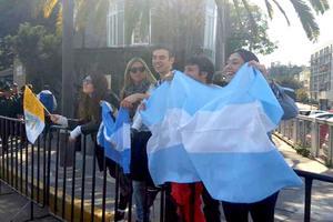 Banderas de su país esperan al primer pontífice argentino.