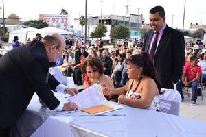 Se celebraron bodas comunitarias en la Plaza Mayor de Torreón.