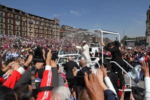 Tras ambos mensajes, Francisco abordó el Papamóvil.