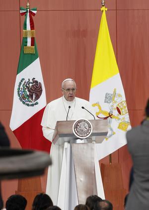 El Papa Francisco denunció en México que la búsqueda de los privilegios conduce a la corrupción, el narcotráfico y la violencia, en su primer discurso en el país.