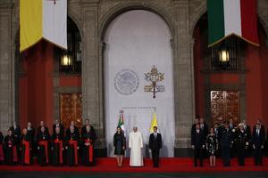 Tras su entrada al Patio Central del inmueble, se escucharon los himnos nacionales de México y El Vaticano.