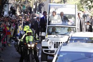 Bajo un fuerte dispositivo de seguridad, el Papa salió rumbo al Palacio Nacional.
