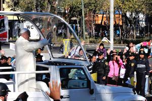 Francisco saludó a miles de fieles rumbo al Palacio Nacional.