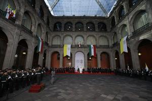 El presidente Enrique Peña Nieto y su esposa Angélica Rivera recibieron en la puerta de Palacio Nacional al Papa Francisco, quien ya era esperado por parte del gabinete y cardenales mexicanos.