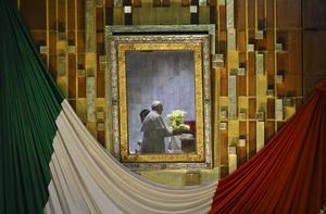 Al terminar la ceremonia, el Papa Francisco se reunió a solas con la imagen de la Virgen de Guadalupe para orar.