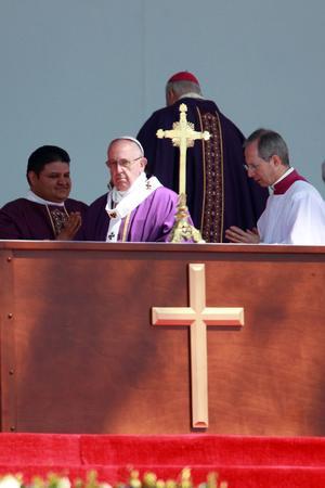 """El jerarca católico denunció cómo el comportamiento del hombre crea """"una sociedad de pocos y para pocos""""."""